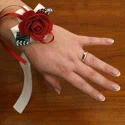 Bracelet pour mariée sur mesure en fonction des couleurs et du thème de votre mariage ici le thème du cinéma