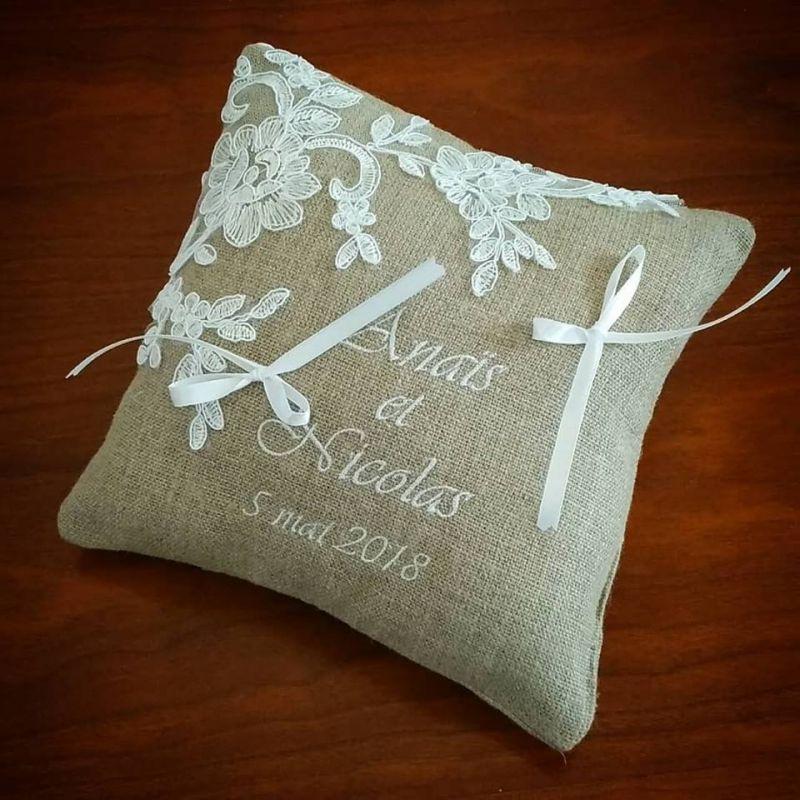 coussin de mariage en lin avec dentelle de fleurs brodées