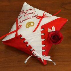 Coussin de mariage : le corset en rouge