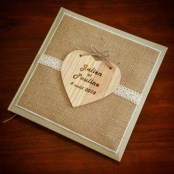 Livre d'or avec 1ere de couverture recouvert de toile de jute et d'un coeur en bois gravé