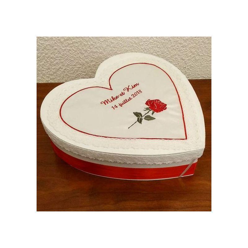 Boite pour enveloppes pour mariage en forme de coeur : la rose brodée en rouge