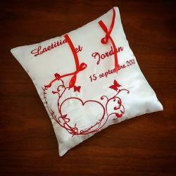 porte alliances avec coeur et arabesques brodés en rouge (ou autre)
