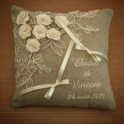 coussin de mariage en lin avec dentelle et petites fleurs